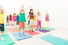 Oficinas da ginástica para crianças no clube de esporte fotografia de stock
