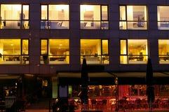 Oficinas encendidas en Aker Brygge Foto de archivo libre de regalías