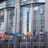 Oficinas y banderas del Parlamento Europeo Foto de archivo