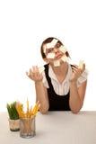 Oficinista aburrido con las notas pegajosas en blanco Foto de archivo libre de regalías