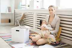 Oficinista con el bebé imagenes de archivo