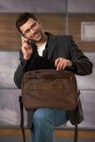 Oficinista con el teléfono y la computadora portátil Imagenes de archivo