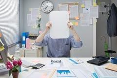 Oficinista con la muestra en blanco Fotos de archivo libres de regalías