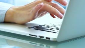 Oficinista de la mujer que mecanografía en el teclado almacen de video