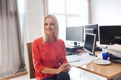 Oficinista de sexo femenino creativo feliz con los ordenadores fotografía de archivo libre de regalías