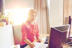Oficinista de sexo femenino creativo feliz con los ordenadores imagen de archivo libre de regalías
