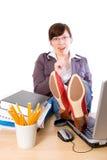 Oficinista de sexo femenino perezoso, aburrido, aislado imagen de archivo libre de regalías