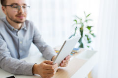 Oficinista de sexo masculino creativo feliz con PC de la tableta Imagen de archivo libre de regalías