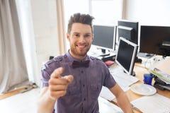 Oficinista de sexo masculino feliz que señala el finger en usted Imagen de archivo