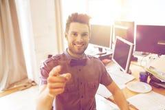 Oficinista de sexo masculino feliz que señala el finger en usted Fotos de archivo