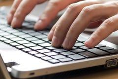 Oficinista de sexo masculino que mecanografía en el teclado Imágenes de archivo libres de regalías