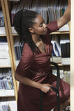 Oficinista en escalera en trastero del fichero Fotografía de archivo