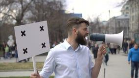 Oficinista en huelga o la revolución Griterío en un primer ruidoso del megáfono