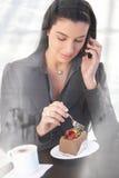 Oficinista en llamada de teléfono en café Fotografía de archivo libre de regalías