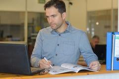 Oficinista en oficina Fotos de archivo