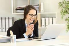 Oficinista feliz que recibe buenas noticias en línea foto de archivo