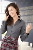 Oficinista feliz que usa la sonrisa móvil Fotos de archivo