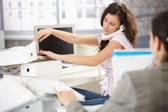 Oficinista joven en el teléfono ocupado Imágenes de archivo libres de regalías