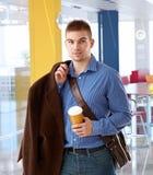 Oficinista joven que llega a la oficina moderna Fotografía de archivo libre de regalías