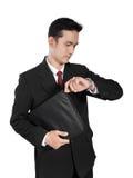 Oficinista ocupado que comprueba el tiempo, aislado en blanco Imagenes de archivo