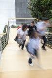 Oficinista que camina encima de las escaleras, falta de definición de movimiento Imagen de archivo