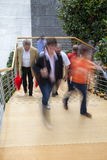 Oficinista que camina encima de las escaleras, falta de definición de movimiento Imagen de archivo libre de regalías