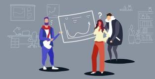 Oficinistas confusos de los empresarios que estudian al coche financiero del hombre de negocios de los gráficos que presenta el  libre illustration