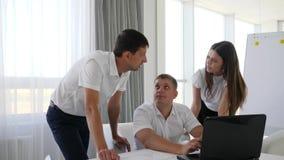 Oficinistas de la reunión de reflexión en el ordenador en centro de negocios almacen de metraje de vídeo