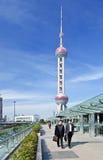 Oficinistas en el distrito financiero de Lujiazui, Shangai, China Fotos de archivo libres de regalías