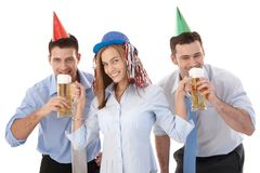 Oficinistas felices que se divierten el partido después de trabajo Imágenes de archivo libres de regalías