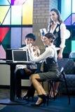 Oficinistas jovenes en sala de reunión colorida Fotos de archivo