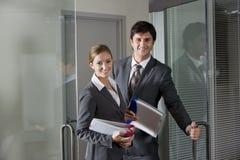 Oficinistas que abren la puerta de la sala de reunión Fotos de archivo libres de regalías