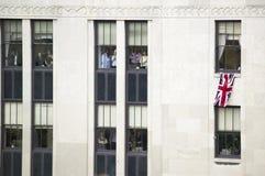 Oficinistas que cuelgan el indicador de Union Jack Británicos Foto de archivo libre de regalías