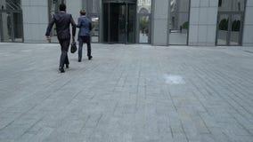 Oficinistas que se apresuran al centro de negocios, falta de tiempo, uno mismo-organización almacen de video