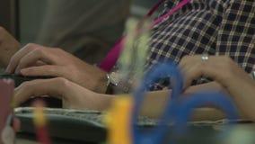 Oficinistas que trabajan delante de los ordenadores almacen de video