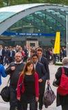 Oficinistas que van en el trabajo Horas de la madrugada en Canary Wharf, Londres Foto de archivo