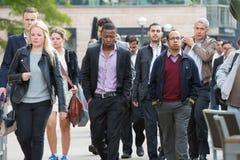 Oficinistas que van a trabajar Londres, embarcadero amarillo imágenes de archivo libres de regalías