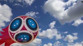 Oficjalni symbole 2018 FIFA puchar świata w Rosja przeciw niebu z chmurami zbiory wideo