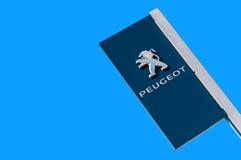 Oficjalny przedstawicielstwo handlowe znak Peugeot przeciw niebieskiego nieba backgro zdjęcia royalty free