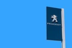 Oficjalny przedstawicielstwo handlowe znak Peugeot przeciw niebieskiego nieba backgro obraz stock