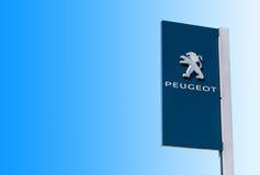 Oficjalny przedstawicielstwo handlowe znak Peugeot przeciw niebieskiego nieba backgro zdjęcie royalty free