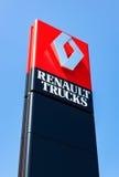 Oficjalny przedstawicielstwo handlowe znak Renault nad niebieskim niebem zdjęcie royalty free