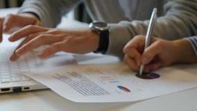 Ofiice życia biznesowego życia pojęcie Zakończenie up strzelał samiec s ręki drukuje na notatnik klawiaturze i kobiety s rękach zbiory