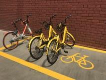 """` ofo ` und """"mobike† brennen die Fahrräder ein, die im Parkplatz parken stockfoto"""