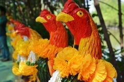 Ofrecimiento de rogación y sacrificatorio por la figura del gallo de lucha del uso Imagen de archivo
