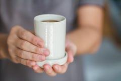 Ofrecimiento de una taza de té Fotografía de archivo libre de regalías