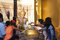 Ofrecimiento en la pagoda de Schwedagon Foto de archivo libre de regalías