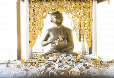 Ofrendas del dinero para Buda Imagen de archivo libre de regalías