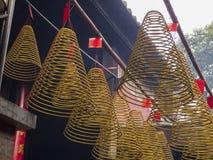 Ofrendas del incienso del círculo en templo Imagenes de archivo