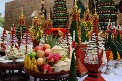 Ofrendas en floreros de fruta y de flores Buddism imágenes de archivo libres de regalías